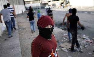 Un jeune Palestinien lors de heurts avec les forces de sécurité israéliennes dans le camp de réfugiés de Shuafat à Jérusalem-Est, le 4 octobre.