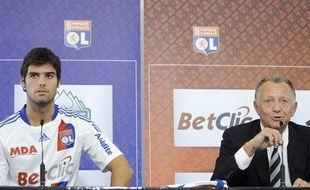 Yoann Gourcuff et son président à l'OL Jean-Michel Aulas, en août 2010, lors de la répsentation du joueur à la presse.