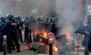 Des poubelles ont été brûlées en marge de la manifestation des «gilets jaunes», dans le quartier de Wazemmes, à Lille, samedi 5 janvier 2019.