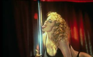 Elizabeth Berkley dans «Showgirls» de Paul Verhoeven (cette scène a été réalisée par des professionnels, ne tentez pas de la reproduire dans le métro avec tous ces virus de grippe et de gastro qui traînent)