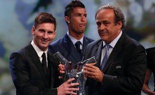 Lionel Messi reçoit le trophée de joueur de l'année UEFA des mains de Michel Platini.