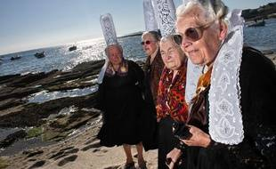 Photo de quatre bigoudènes prise en 2009 au Guilvinec. Au premier plan, Marie-Louise Lopéré, décédée mardi. A l'arrière-plan, Alexia Caoudal, toujours en vie.