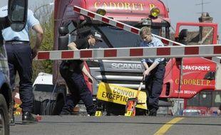 L'avant du camion entré en collision avec un train de passagers à hauteur d'un passage à niveau à Nangis (Seine-et-Marne), le 21 avril 2015