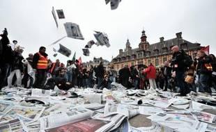 Environ 300 salariés du groupe de presse Hersant Media (GHM), qui négocie un rapprochement avec le groupe belge Rossel prévoyant des centaines de suppressions de postes, ont manifesté mardi à Lille, dans le nord de la France, pour défendre leur emploi.