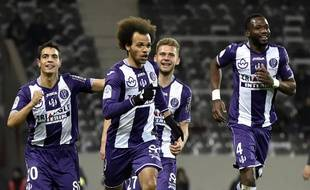 Martin Braithwaite (au centre) est félicité par ses coéquipiers du TFC après son penalty réussi contre Bordeaux en Ligue 1, le 12 mars 2016 au Stadium de Toulouse.