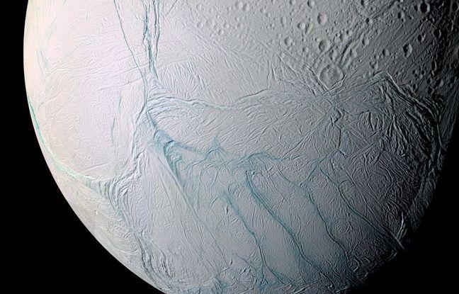 Une vue de la lune de Saturne Encelade photographiée par la sonde Cassini.
