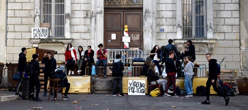 Illustration de lycéens qui bloquent le lycée Thiers à Marseille, en 2018.