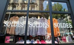 Le lancement des soldes d'été à Paris le 30 juin 2010.