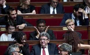 Jean-Luc Mélenchon entouré d'autres députés de la France insoumise.