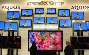 Les géants de l'électronique japonais Canon, Hitachi et Matsushita (marque Panasonic) ont annoncé mardi une alliance dans la production de dalles-mères d'écrans à cristaux liquides (LCD) et organiques électroluminescents (OLED ou OEL) pour téléviseurs et autres appareils.