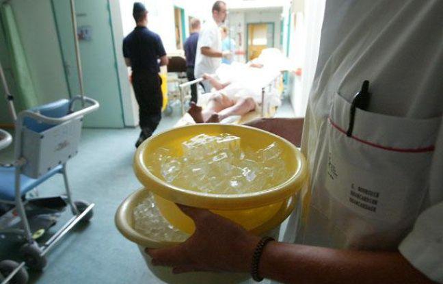 Un médecin transporte des glaçons afin de soulager des personnes souffrant d'hyperthermie, le 13 août 2003 à l'hôpital militaire Bégin à Saint-Mandé (Val-de-Marne).