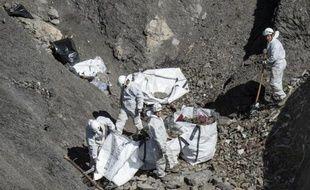 Photographie fournie par le ministère de l'Intérieur du 13 avril 2015 montrant le lieu du crash de l'Airbus A320 de Germanwings dans les Alpes-de-Haute-Provence où sont évacués les débris