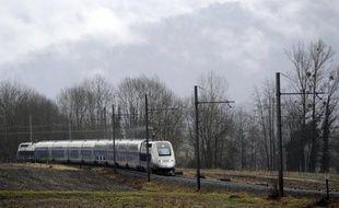 Un salarié de la SNCF, délégué national du syndicat SUD Rail, s'est suicidé mercredi matin en se jetant sous un TGV, entraînant pendant plusieurs heures de fortes perturbations du trafic entre Nancy et Metz, a-t-on appris auprès de l'entreprise publique et du syndicat.