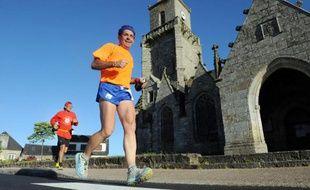 Cinquante-cinq coureurs de différentes nationalités ont quitté mardi les côtes de la Manche. Ils vont parcourir 1.190 km pour rejoindre fin août la Méditerranée dans le cadre de la Trans Gaule, plus longue course à pied par étapes de France.