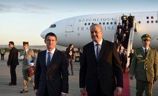 Le Premier ministre algérien Abdelmalek Sellal accueille Manuel Valls à son arrivée à Alger, le 9 avril 2016.