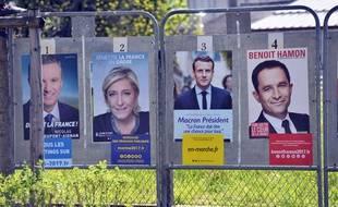 Le 10 avril 2017 à Bourgoin-Jallieu (Isère). Des panneaux des affiches officielles de campagne électorale pour l'élection présidentielle de 2017