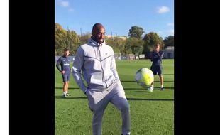 Kobe Bryant tape des jongles avec les joueurs du PSG.
