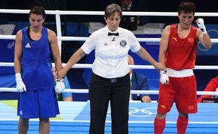 La Chinoise Junhua Yin (à droite) attend la décision de l'arbitre après son combat contre Yana Alekseevna aux JO de Rio.