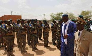 Le Premier ministre malien, Moussa Mara, (2e D) passe en revue les troupes à Kidal, dans le nord du Mali, le 17 mai 2014.