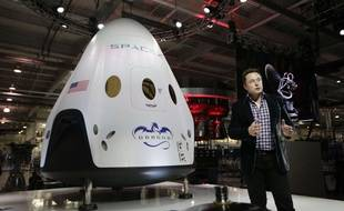 Le patron de SpaceX, Elon Musk, devant une capsule Dragon, le 29 mai 2014.