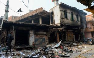 Mercredi, un homme passe devant une mosquée à New Delhi. Le lieu de culte a été attaqué.