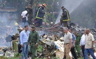 Le président cubain Miguel Diaz-Canel (à droite) s'est rendu vendredi 18 mai 2018 sur les lieux du crash.