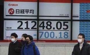 La chute de l'indice boursier japonais Nikkei, le 28 février 2020.