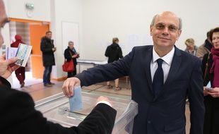 Strasbourg, le 23 mars 2014. - Jean-Luc Schaffhauser, candidat Rassemblement Bleu Marine à la mairie de Strasbourg, vote pour le premier tour des élections municipales 2014.