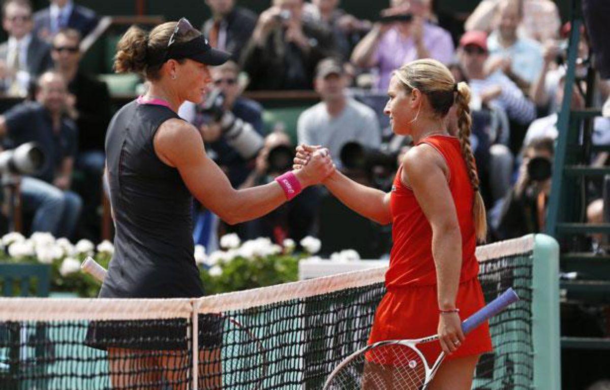 L'Asutralienne Samantha Stosur (à g.) et la Slovaque Dominika Cibulkova, lors de leur quart de finale à Roland-Garros, le 5 juin 2012. – J.Demarthon/AFP