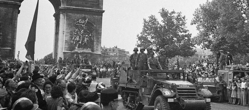Le half-track Guernica de la Nueve (véhicule blindé avec des chenilles à l'arrière) descend les Champs-Elysées après la Libération de Paris, le 26 août 1944.