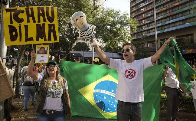 Des milliers de Brésiliens ont appelé à la destitution de leur présidente Dilma Roussef.
