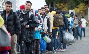 Des migrants et réfugiés attendent après avoir traversé la frontière avec l'Autriche, près de Wegscheid, dans le sud de l'Allemagne, le 1er novembre 2015