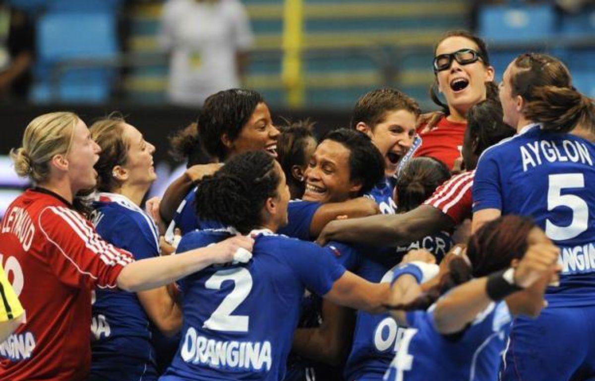 La France a déployé toutes ses vertus mentales pour se dépêtrer d'une situation mal engagée contre la Suède (26-23) et se qualifier pour les quarts de finale du Mondial-2011 dames de handball, lundi à Sao Paulo. – Yasuyoshi Chiba afp.com