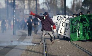 Des heurts ont éclaté en marge d'une manifestation contre la venue de Marine Le Pen à Nantes, le 25 février 2017.