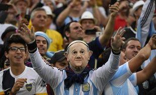 Un supporter argentin porte un masque du Pape François lors de la demi-finale entre les Pays-Bas et l'Argentine au stade Arena Corinthians à Sao Paulo le 9 juillet 2014