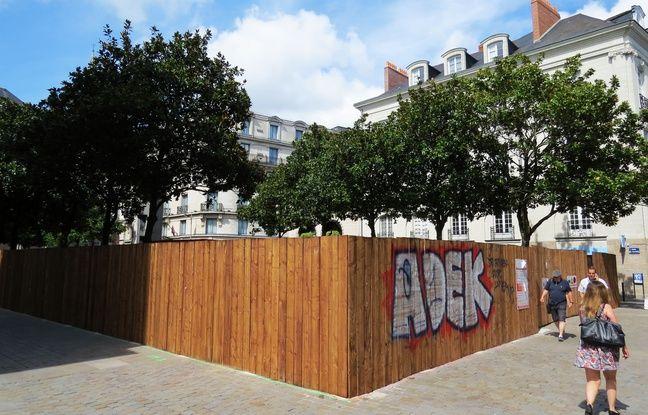 Des palissades à l'emplacement du square Fleuriot voué à la destruction à Nantes.