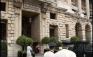 Patronat et syndicats des hôtels, cafés, restaurants devraient rechercher, lors d'une réunion le 25 août, un accord destiné à éviter que le Conseil d'Etat oblige les employeurs à rembourser rétroactivement 18 mois d'heures supplémentaires aux 800.000 salariés du secteur.