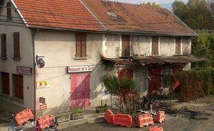 Les façades du restaurant situé a côté de la gare de Moirans (Isère) témoignent encore des émeutes.