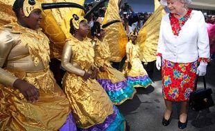 La reine Elizabeth II assiste à un défilé à l'occasion  du 60ème sommet du Commonwealth,Trinidad & Tobago, le 28 novembre 2009.
