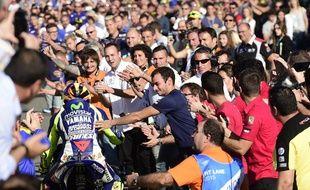 Valentino Rossi consolé par ses fans à l'arrivée du GP de Valence, le 8 novembre 2015.