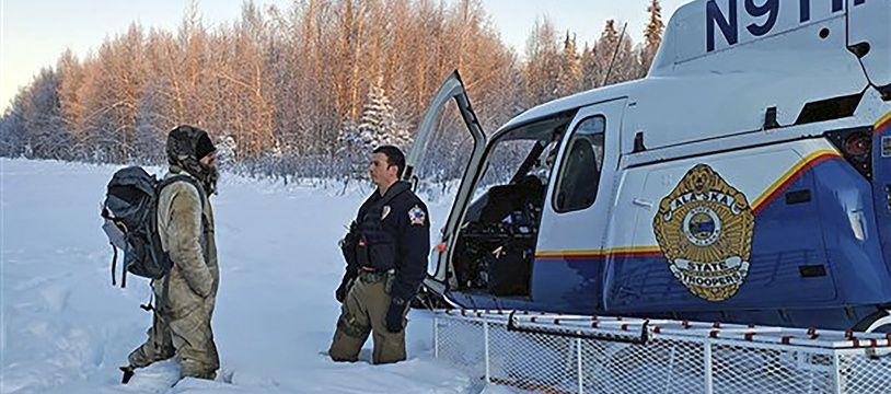 Tyson Steele (à gauche) lors de son sauvetage par les Alaska State Troopers, le 9 janvier 2020 (photo fournie par les autorités).
