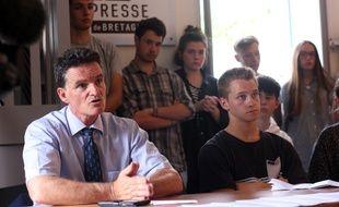 Le député du Morbihan Paul Molac aux côtés des lycéens et collégiens qui ont passé certaines épreuves en breton, malgré la menace de ne pas être corrigé.