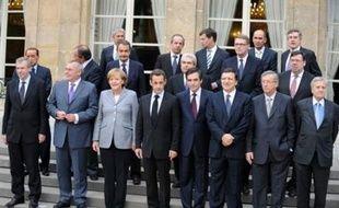 Les dirigeants européens, acculés à agir et rassurer après une semaine de krach boursier, ont entamé dimanche à Paris un sommet pour redonner confiance à des marchés affolés par la crise financière avant la réouverture des bourses, notamment en soutenant les banques.