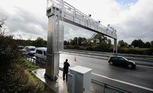 Une borne écotaxe a été partiellement incendiée samedi soir sur une route nationale près d'Avesnes-sur-Helpe (Nord), et mise hors service, a-t-on appris dimanche auprès de la gendarmerie, confirmant une information du site internet de La Voix du Nord.