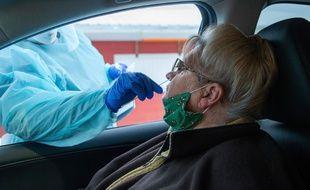 Un test PCR fait depuis une voiture aux Etats-Unis, le 21 décembre 2020.