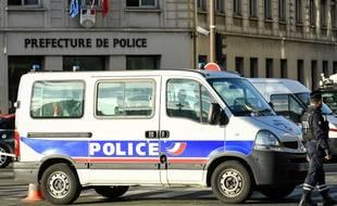 Un camion de la police devant la préfecture de police de Paris, après une attaque meurtrière au couteau, le 3 octobre 2019