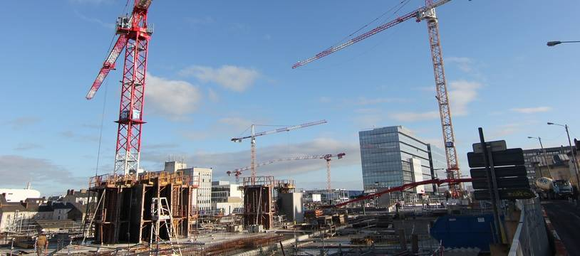 Illustration d'un chantier de construction et de grues à la gare de Rennes.