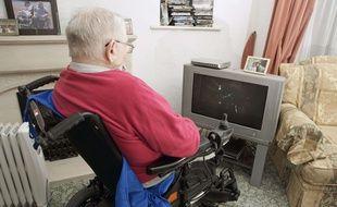 Un homme handicapé dans son appartement.