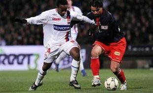 Lyon a pris le large (9 points) en tête de la Ligue 1 en battant dimanche soir (4-2) un Paris SG relégable, et Marseille a pris l'eau samedi à domicile contre Sochaux (0-1), laissant Nancy, vainqueur de Metz (2-1), s'échapper six points devant, lors de la 30e journée de L1.