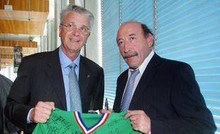 Patrick Revelli (à droite) posait ici en 2006 aux côtés d'Aimé Jacquet, lors d'une réception marquant les 30 ans de la finale de Coupe d'Europe de l'ASSE.